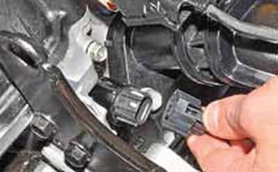 Снятие электромагнитного клапана системы изменения фаз газораспределения Киа Рио 3 (2011)