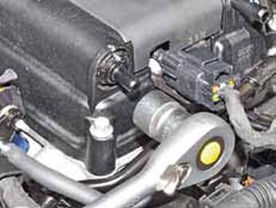 Снятие клапана системы вентиляции картера Киа Рио 3 (2011)