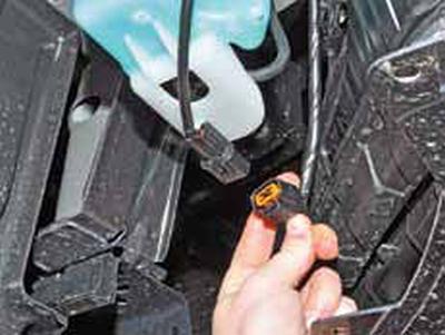 Снятие бачка омывателя, насоса омывателя и датчика уровня омывающей жидкости Киа Рио 3 (2011)