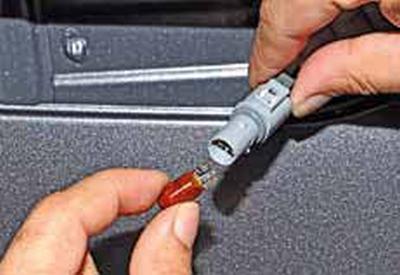 Снятие бокового указателя поворота в переднем крыле, замена лампы Киа Рио 3 (2011)
