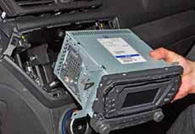 Снятие головного устройства системы звуковоспроизведения Киа Рио 3 (2011)