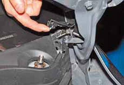 Снятие мотор-редуктора очистителя ветрового стекла Киа Рио 3 (2011)
