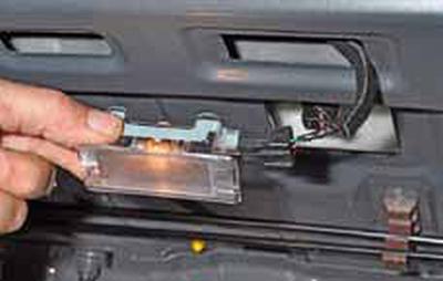 Снятие плафона освещения багажника, замена лампы Киа Рио 3 (2011)