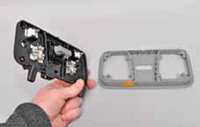 Замена ламп освещения салона, снятие переднего и центрального плафонов Киа Рио 3 (2011)