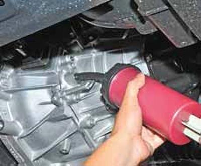 Проверка уровня масла в механической коробке передач Киа Рио 3 (2011)