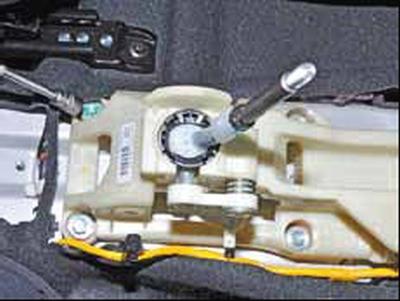 Снятие и установка механизма управления коробкой передач Киа Рио 3 (2011)
