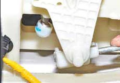 Замена тросов механизма управления коробкой передач Киа Рио 3 (2011)
