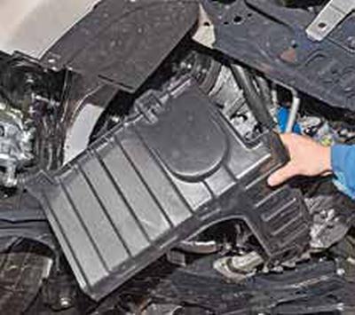 Снятие грязезащитных щитков моторного отсека Киа Рио 3 (2011)