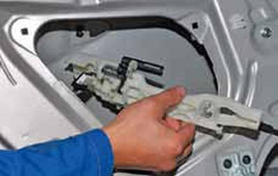 Снятие наружной ручки задней двери Киа Рио 3 (2011)