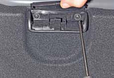 Снятие обивки крышки багажника Киа Рио 3 (2011)