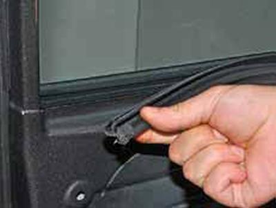 Снятие стекла передней двери Киа Рио 3 (2011)