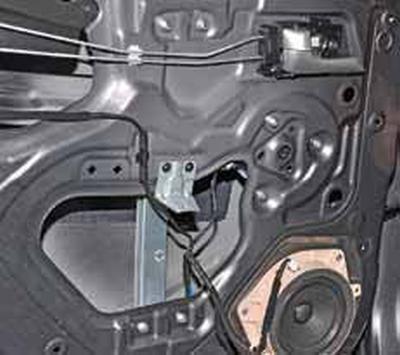 Снятие стеклоподъемника задней двери Киа Рио 3 (2011)