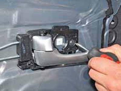 Снятие внутренней ручки задней двери Киа Рио 3 (2011)