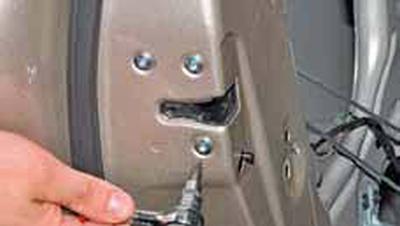 Снятие замка задней двери Киа Рио 3 (2011)