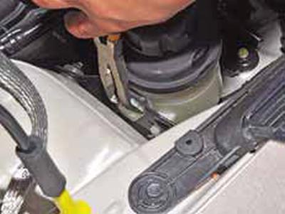 Снятие бачка гидроусилителя рулевого управления Киа Рио 3 (2011)