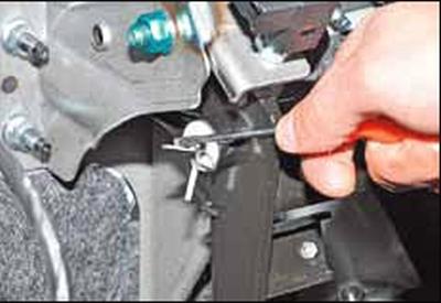 Снятие главного цилиндра гидропривода и педального узла сцепления Киа Рио 3 (2011)