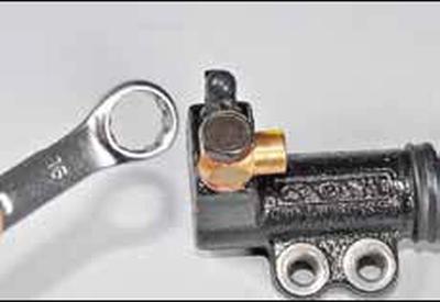 Снятие рабочего цилиндра гидропривода сцепления Киа Рио 3 (2011)