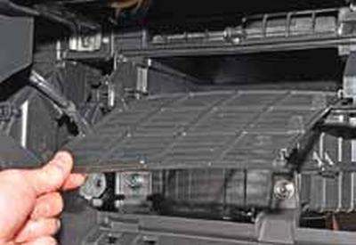 Очистка фильтра системы отопления, вентиляции и кондиционирования Киа Рио 3 (2011)