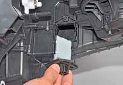 Снятие дополнительного резистора вентилятора отопителя Киа Рио 3 (2011)