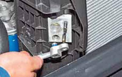Снятие конденсатора кондиционера Киа Рио 3 (2011)