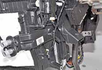 Снятие радиатора отопителя и датчика температуры воздуха, поступающего в салон Киа Рио 3 (2011)