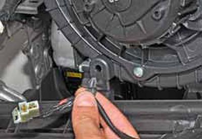 Снятие вентилятора отопителя Киа Рио 3 (2011)