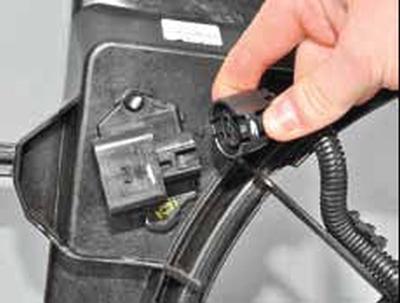 Снятие дополнительного резистора вентилятора Киа Рио 3 (2011)