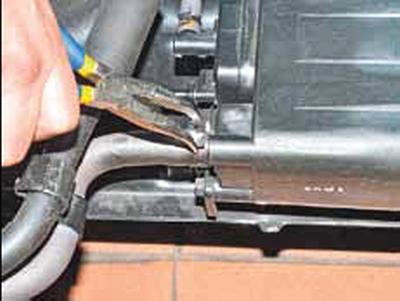 Снятие адсорбера системы улавливания паров топлива Киа Рио 3 (2011)