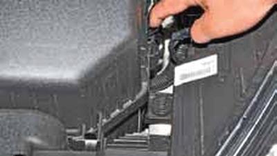 Замена сменного элемента воздушного фильтра Киа Рио 3 (2011)