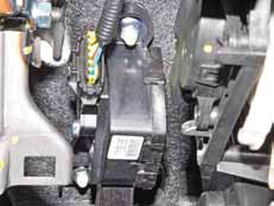 Снятие датчика положения педали «газа» Киа Рио 3 (2011)