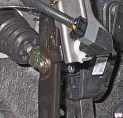 Снятие датчика положения педали тормоза Киа Рио 3 (2011)