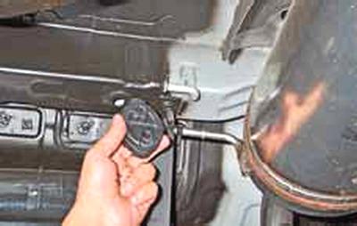 Замена подушек подвески системы выпуска отработавших газов Киа Рио 3 (2011)