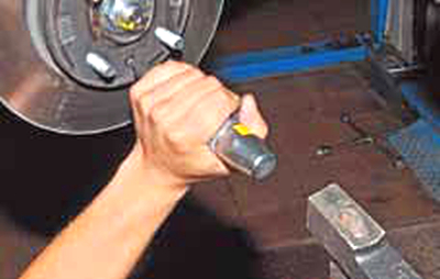 Снятие диска тормозного механизма переднего колеса Киа Рио 3 (2011)