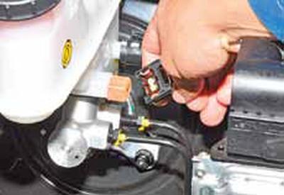 Снятие главного тормозного цилиндра Киа Рио 3 (2011)