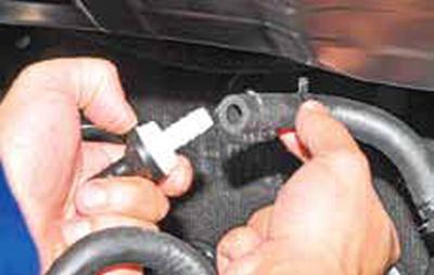 Снятие обратного клапана вакуумного усилителя тормозов Киа Рио 3 (2011)