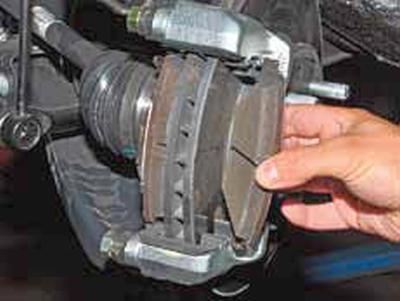 Замена колодок тормозных механизмов передних колес Киа Рио 3 (2011)