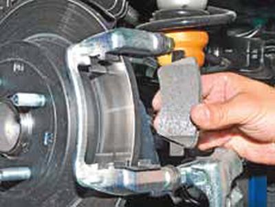 Замена колодок тормозных механизмов задних колес Киа Рио 3 (2011)