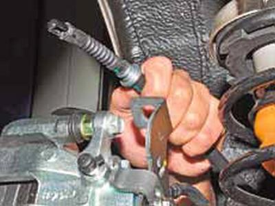 Замена тросов ручного стояночного тормоза Киа Рио 3 (2011)